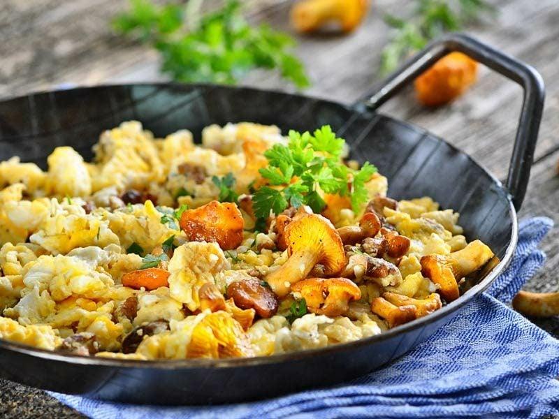 vegetarisches Essen Rührei mit Pfifferlingen