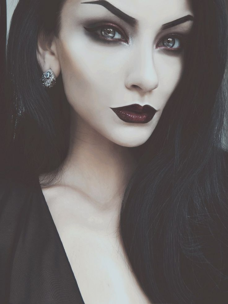 Schminken nach dem Halloween Kostüm Vampir Frau
