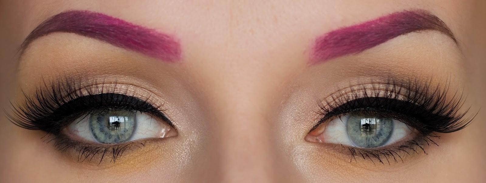 auch in rosa Farbe können Augenbrauen Wunder wirken