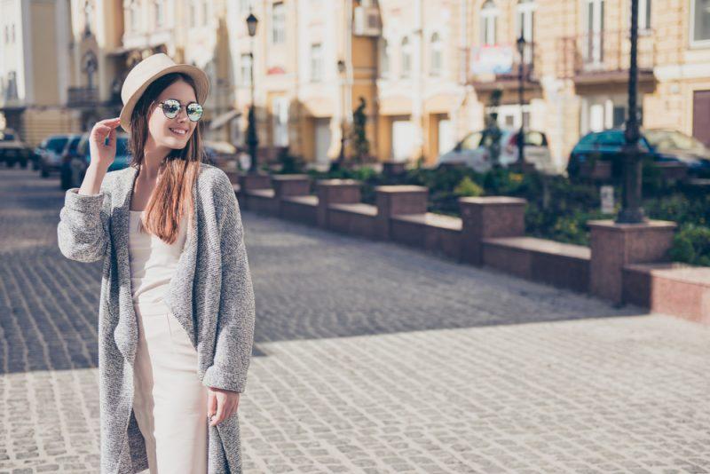 Outfit für die Übergangszeit: Das kurze Kleid gepaart mit einer Hose oder einem Pullover