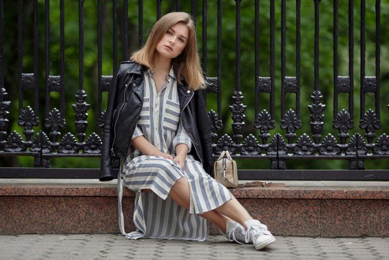 Gegensätze ziehen sich an: das Sommerkleid und die Lederjacke