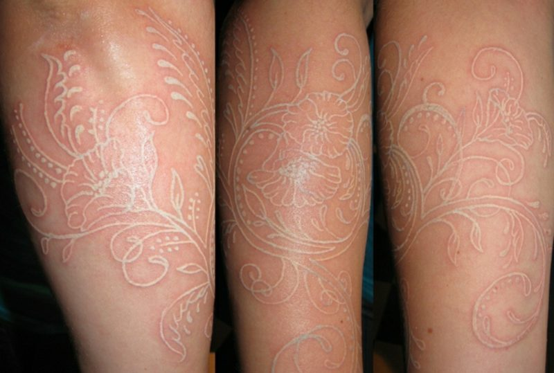 weiβes Tattoo Spitze Blumen Frau