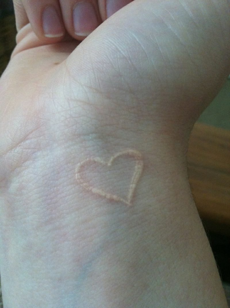 white ink tattoo Herz Handgelenk