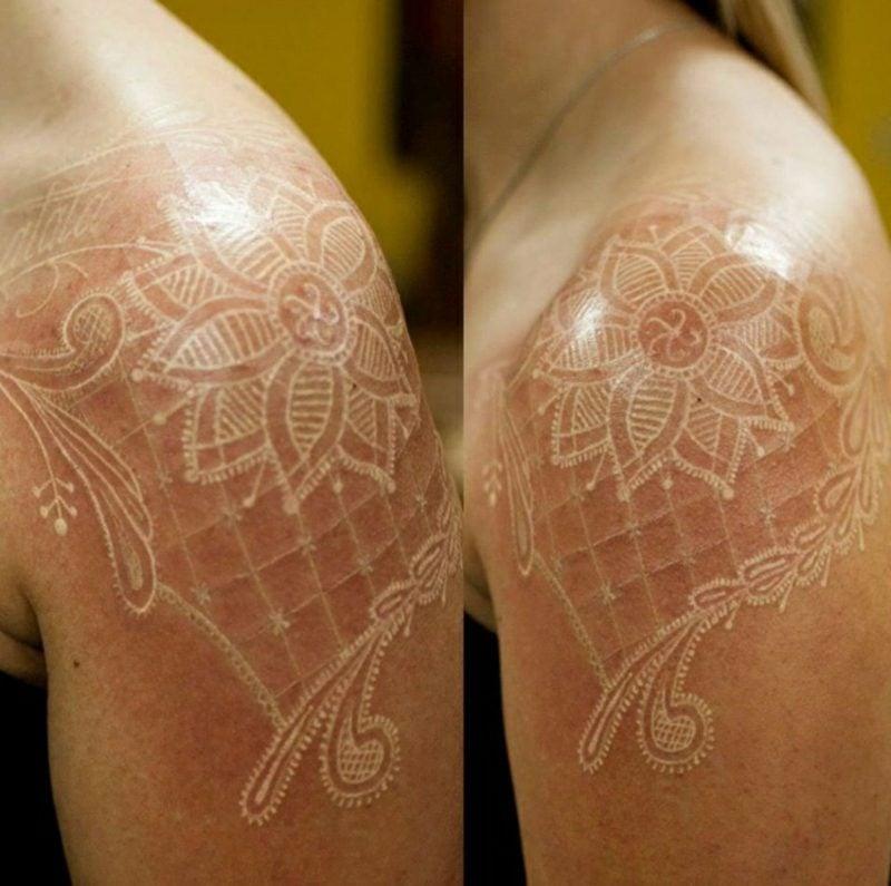 white ink tattoo Frau Schulter