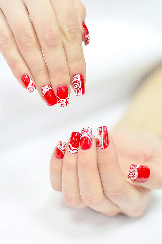 Nägel lackieren in rot - ein Klassiker bei Manicure