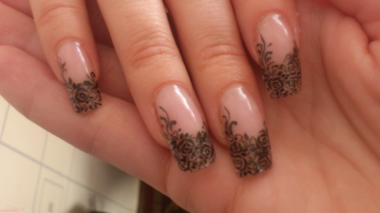 Filigrane Bilder auf Fingernägel