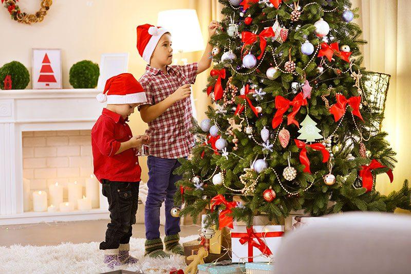 Am 1. Advent Weihnachtsbaum dekorieren