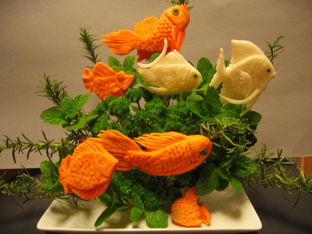 Ein echtes Aquarium aus Kräuter und geschnitzten Fischen