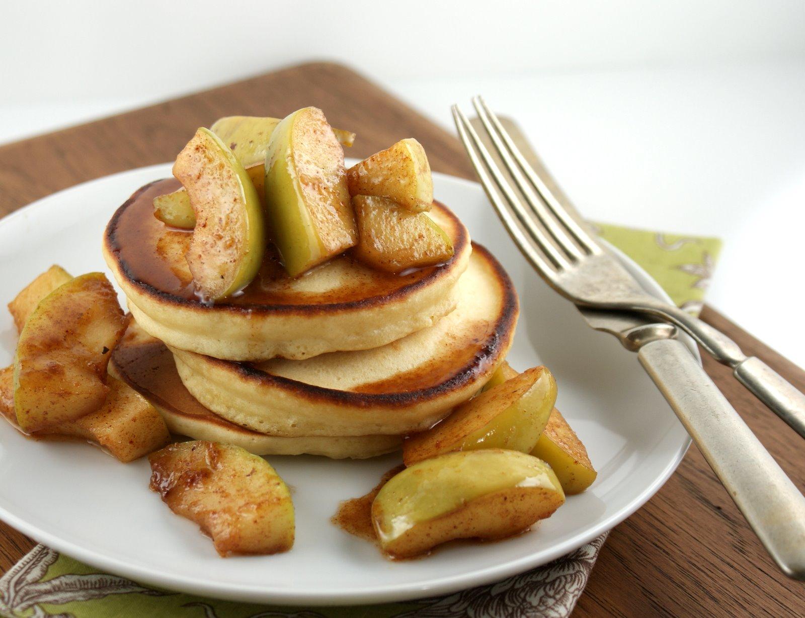 Pancakes mit gebratenen Äpfeln
