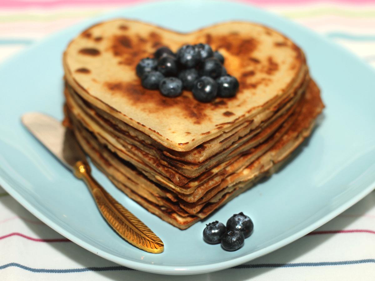 Pancakes mit Kichererbsenmehl, Milch und Ei