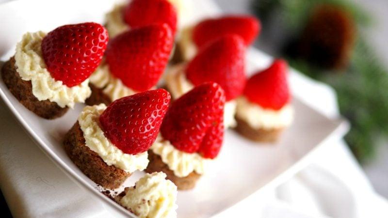Weihnachtsdessert Häppchen mit Erdbeeren und Sahne