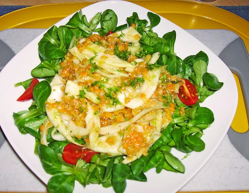 einfaches Abendessen Feldsalat mit Linsen zubereiten