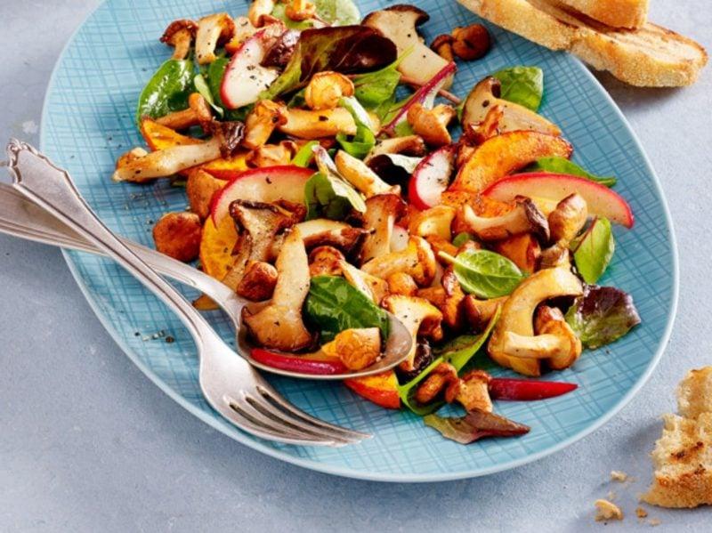 Salat Kalorien warmer Salat mit Pilzen und Kürbis