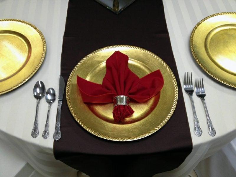 Servietten falten zu Weihnachten den Tisch dekorieren