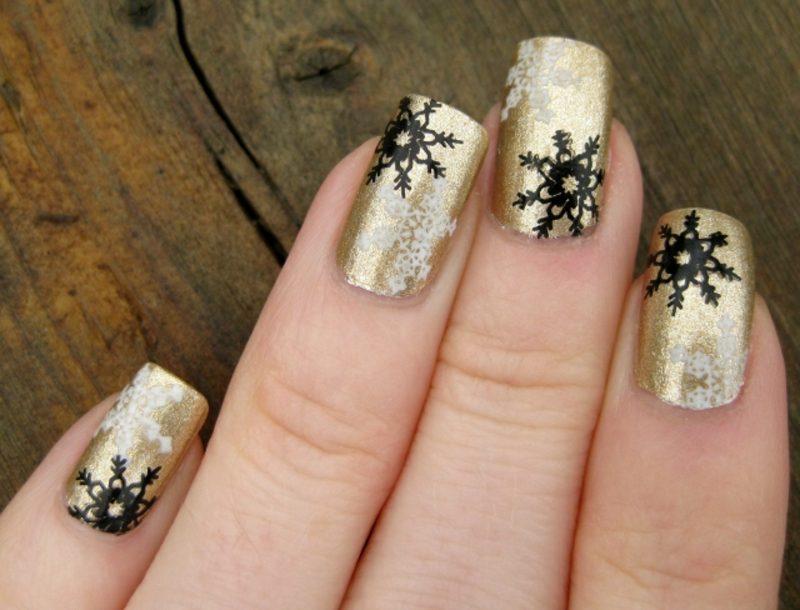 Nageldesign Weihnachten Nagellack golden Schneeflocken