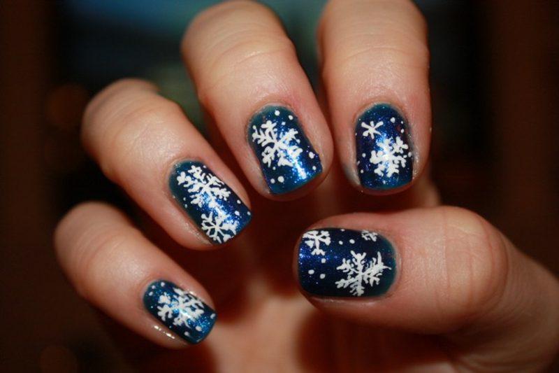 Nageldesign Weihnachten Glitzerlack Schneeflocken
