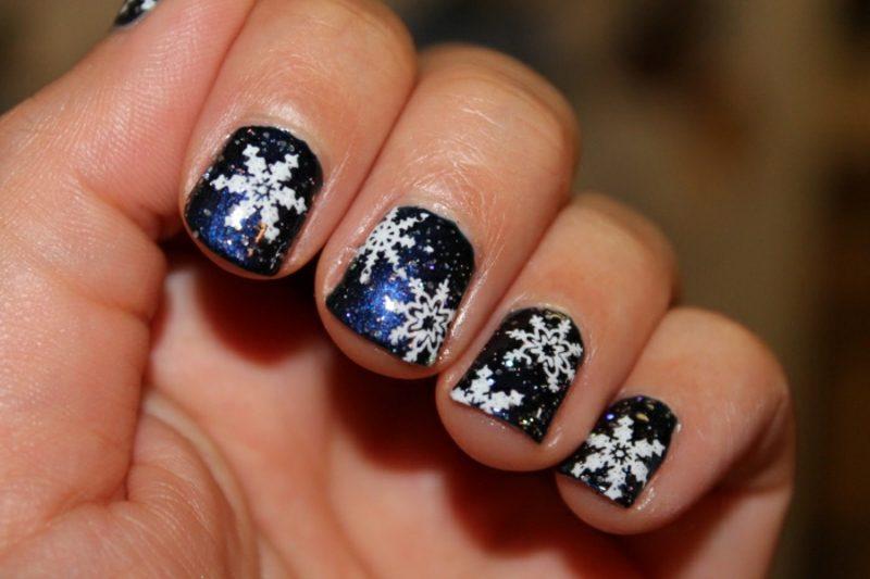 Nageldesign Weihnachten Schneeflocken Nagellack dunkelblau