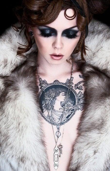 Ein Brust Tattoo als ein Schmuck