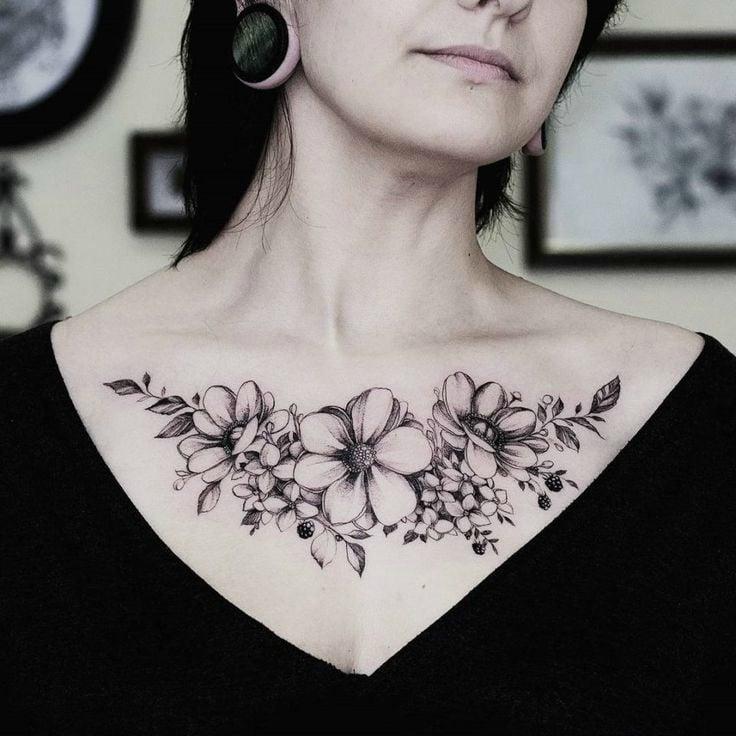 Ein Frauen Tattoo auf der Brust