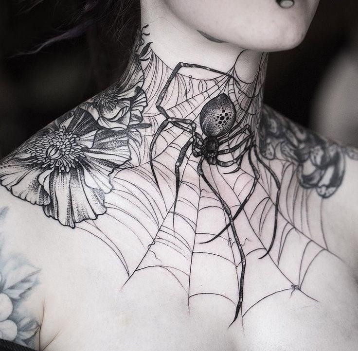 Ein Frauen Tattoo auf der Brust und dem Hals