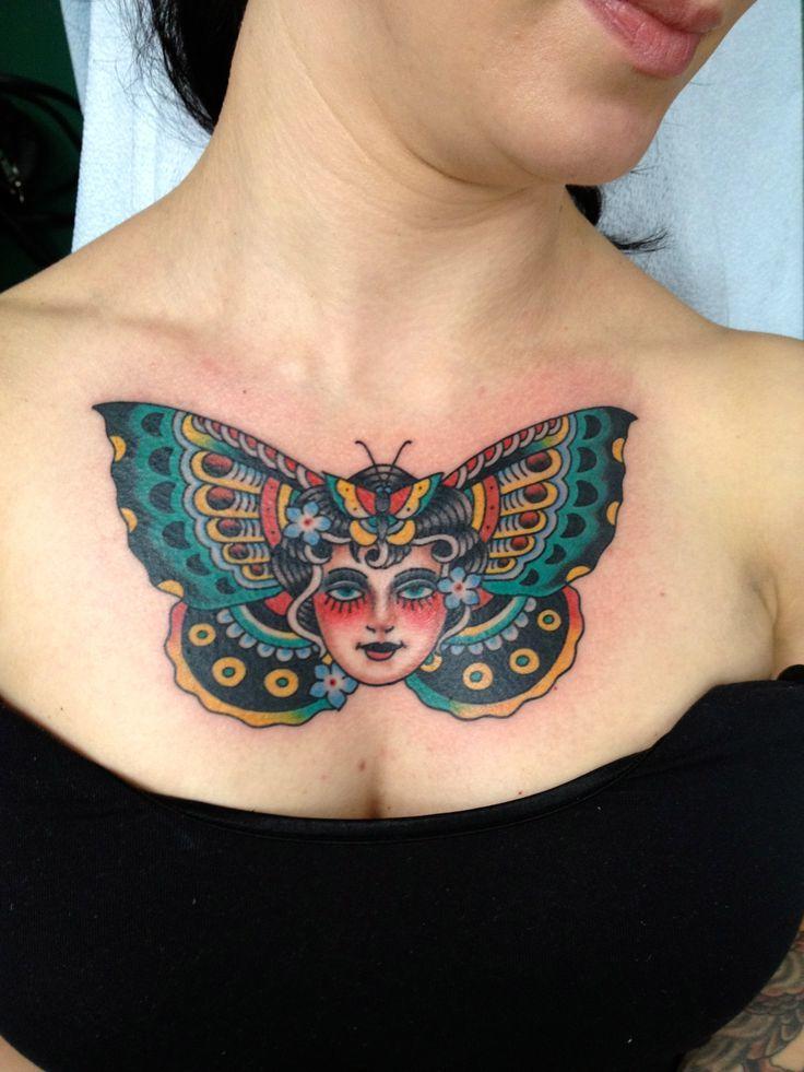 Ein Schmetterling als eine Idee für Frauen Tattoos auf der Brust