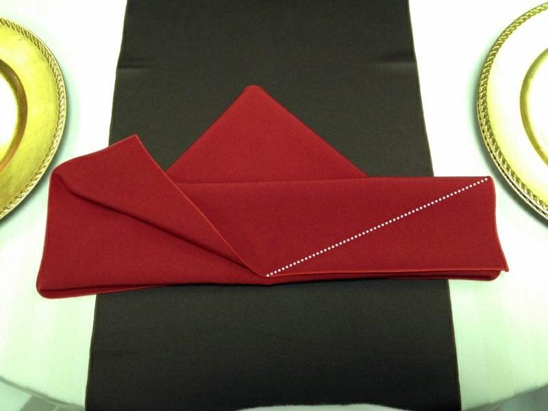 Servietten falten zu Weihnachten mit der rechten Ecke wiederholen