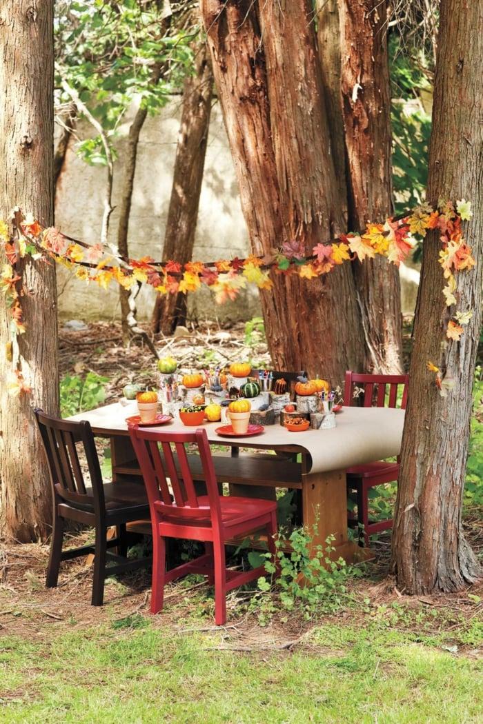 Tolle Ideen für herbstliche Partydekoration, Girlande aus bunten Blättern basteln