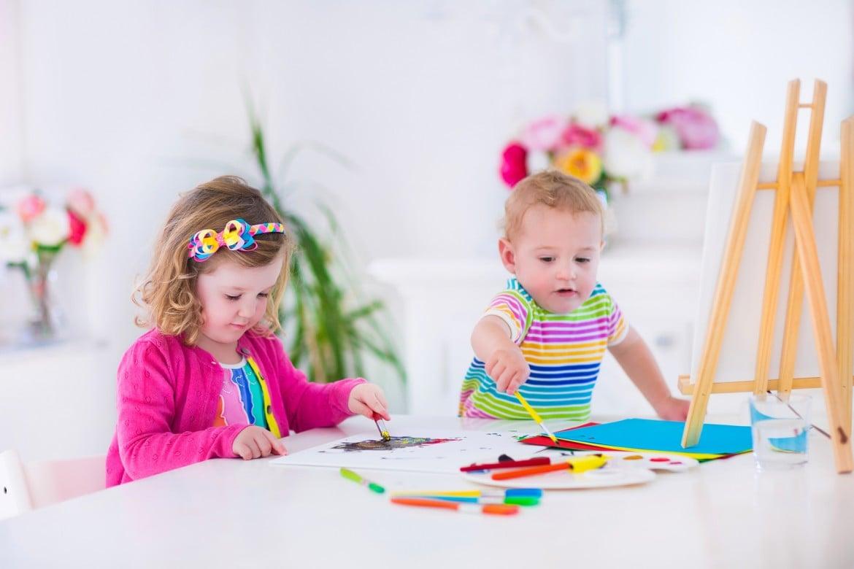 Ausmalbilder zu malen, ist für ein Kind wie ein Spiel.