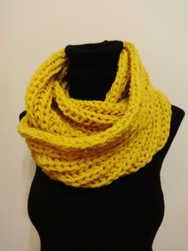 Der Loop Schal halt Ihnen warm und peppt Ihr Outfit ganz gut auf.