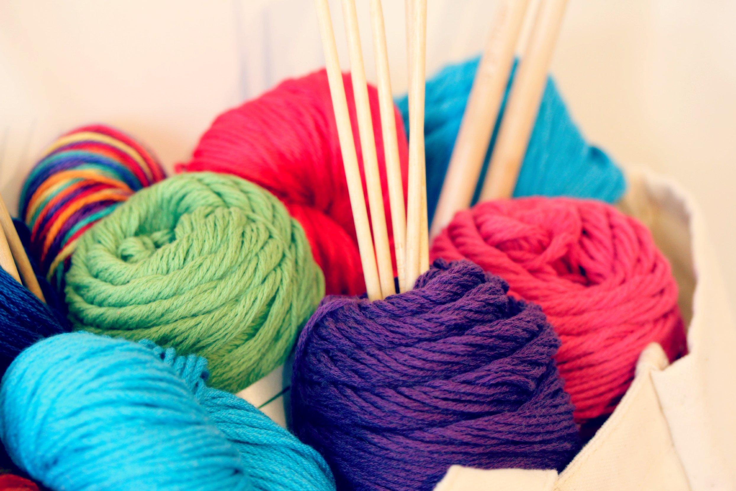 Was braucht man, um einen Schal selber zu stricken?