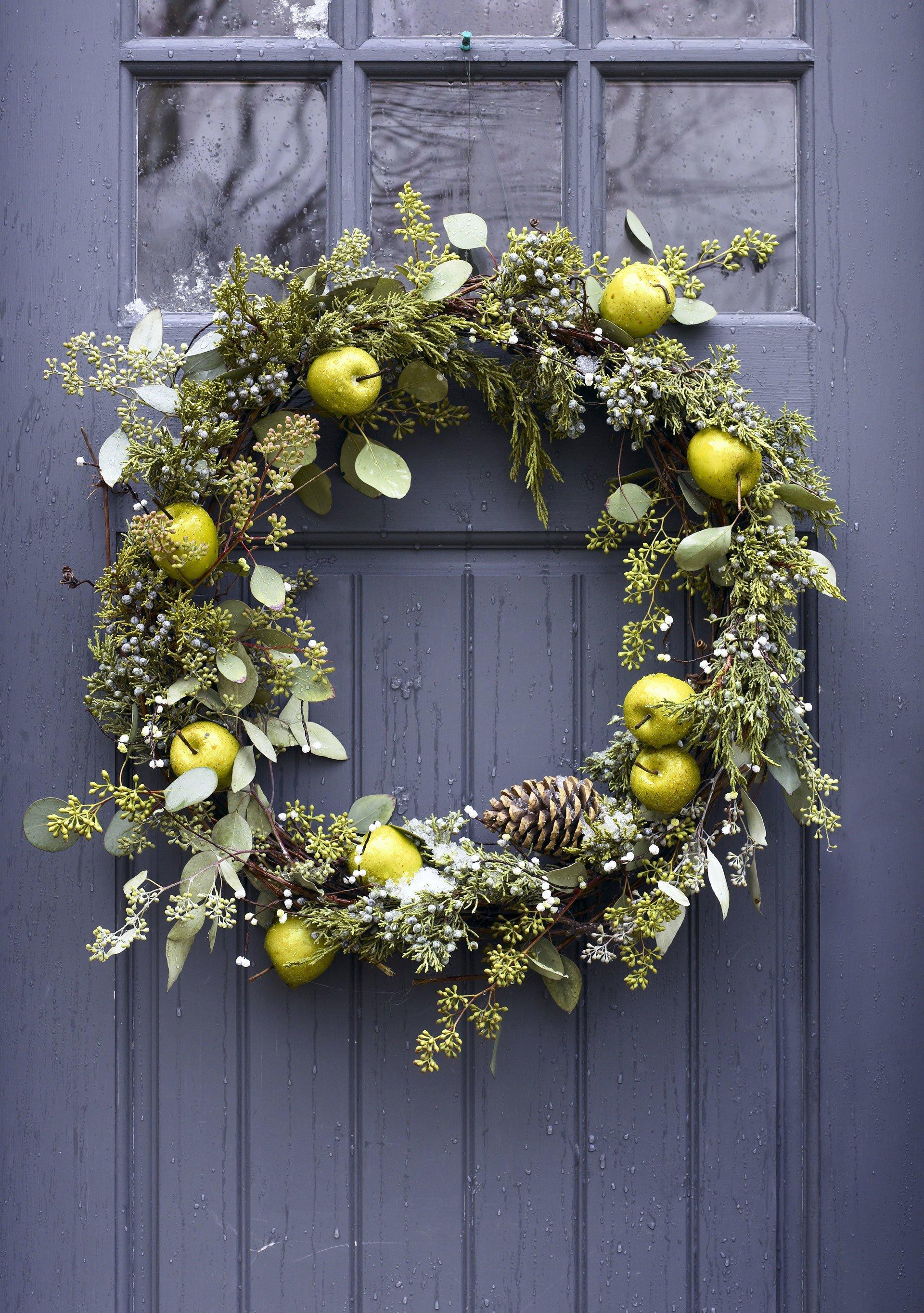 Weihnachtskranz mit frischen Äpfeln