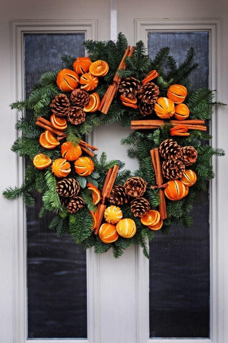 Türkranz Weihnachten mit trockenen Orangen und Zimtstangen