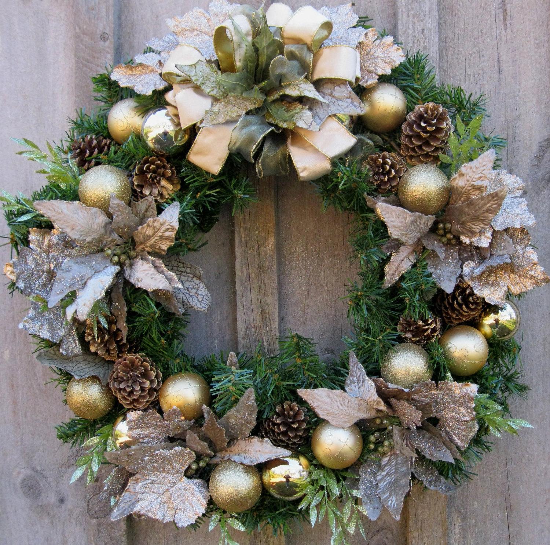 Reich beschmückter Kranz zur Weihnachten