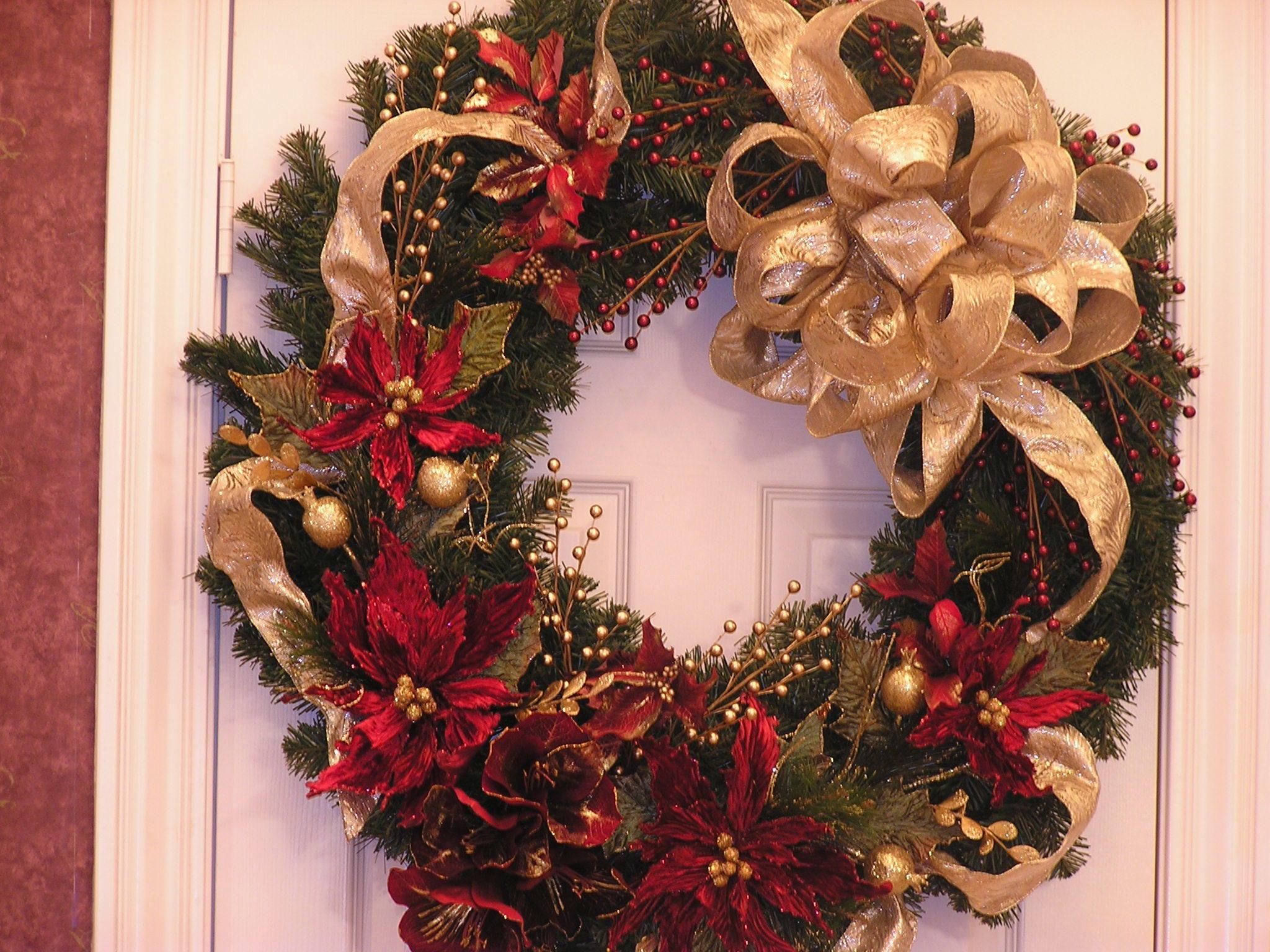 hübscher Türkranz Weihnachten mit Weihnachtssternen und goldenen Schleifen