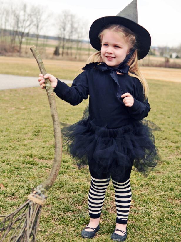 Und fertig ist das Kostüm der kleinen Hexe