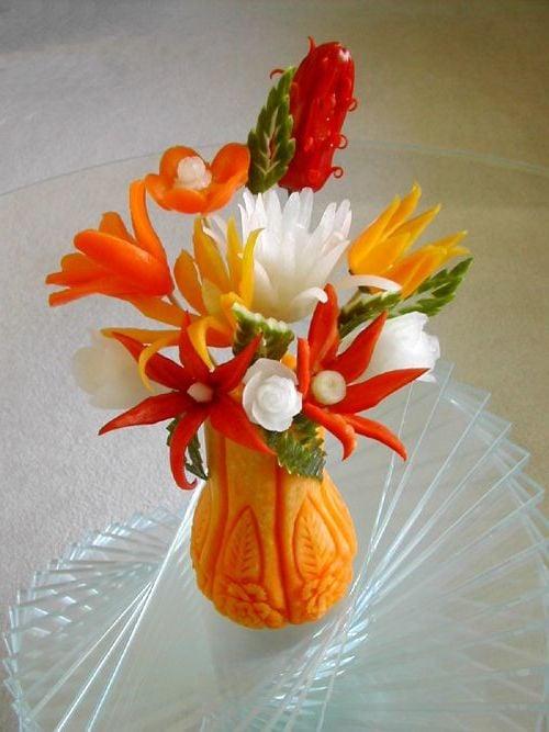 Blumenvase aus Kürbis mit Gemüseblumen