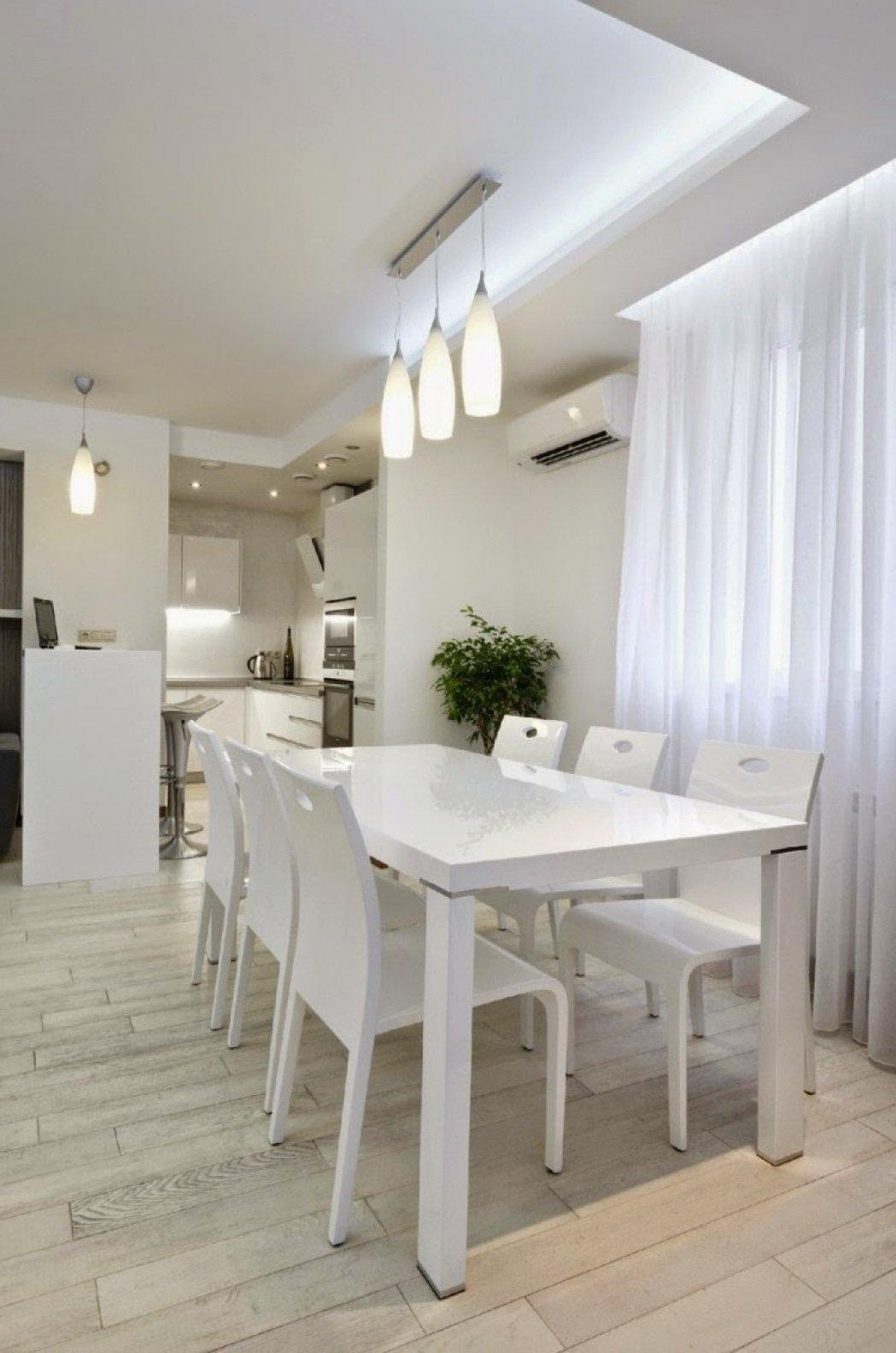 Küche in Weiss mit indirekter Beleuchtung