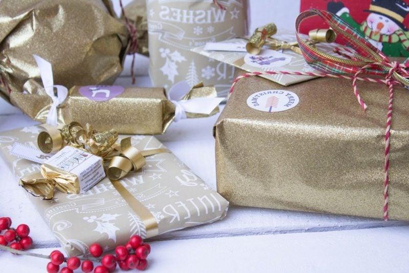Geschenke verpacken Weihnachten Geschenkpapier auswählen