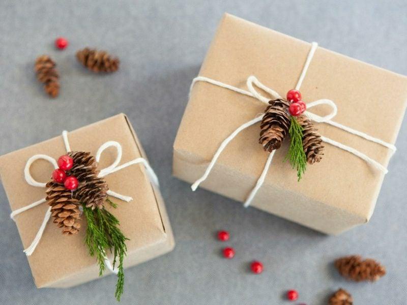 Geschenke verpacken Weihnachten Tannenzapfen Beeren