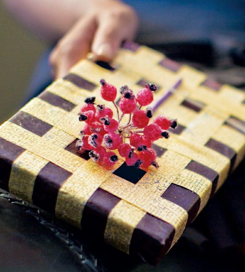 Geschenke verpacken Weihnachten goldenes Geschenkband