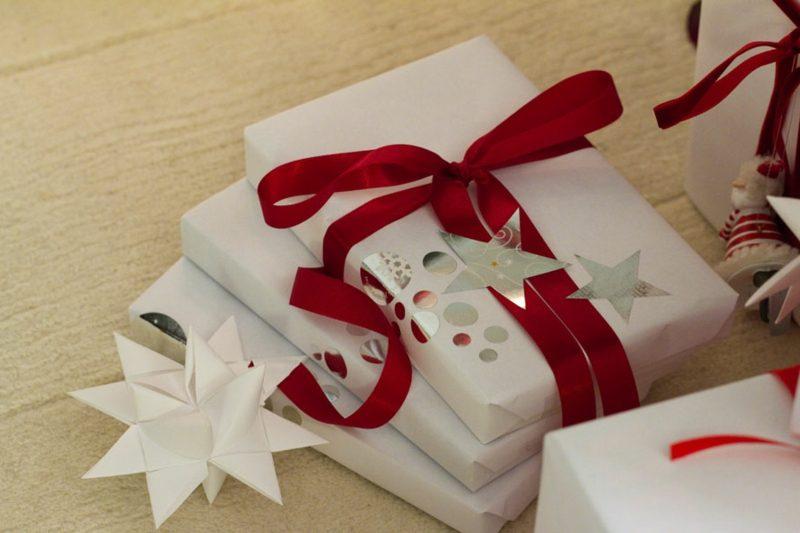 Geschenke verpacken tolle Ideen rote Schleife