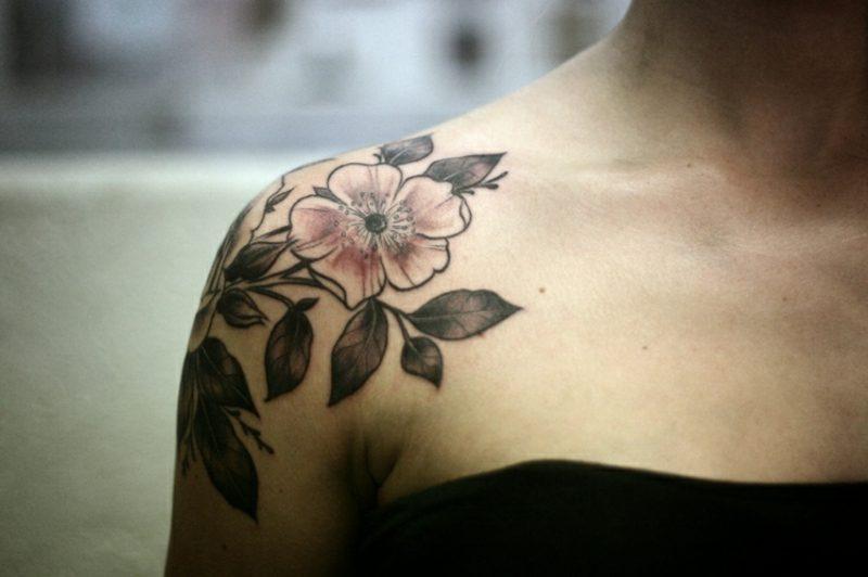 Tattoo Oberarm Schulter Blumen Frau