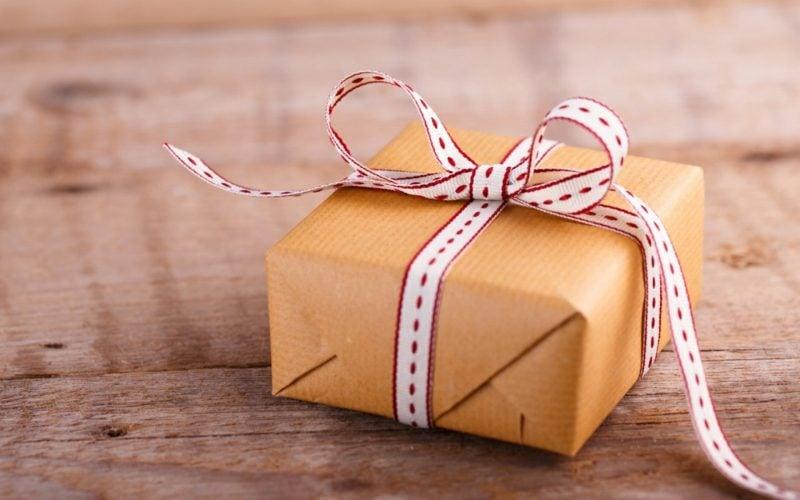 Geschenke verpacken Weihnachten originelle Schleife
