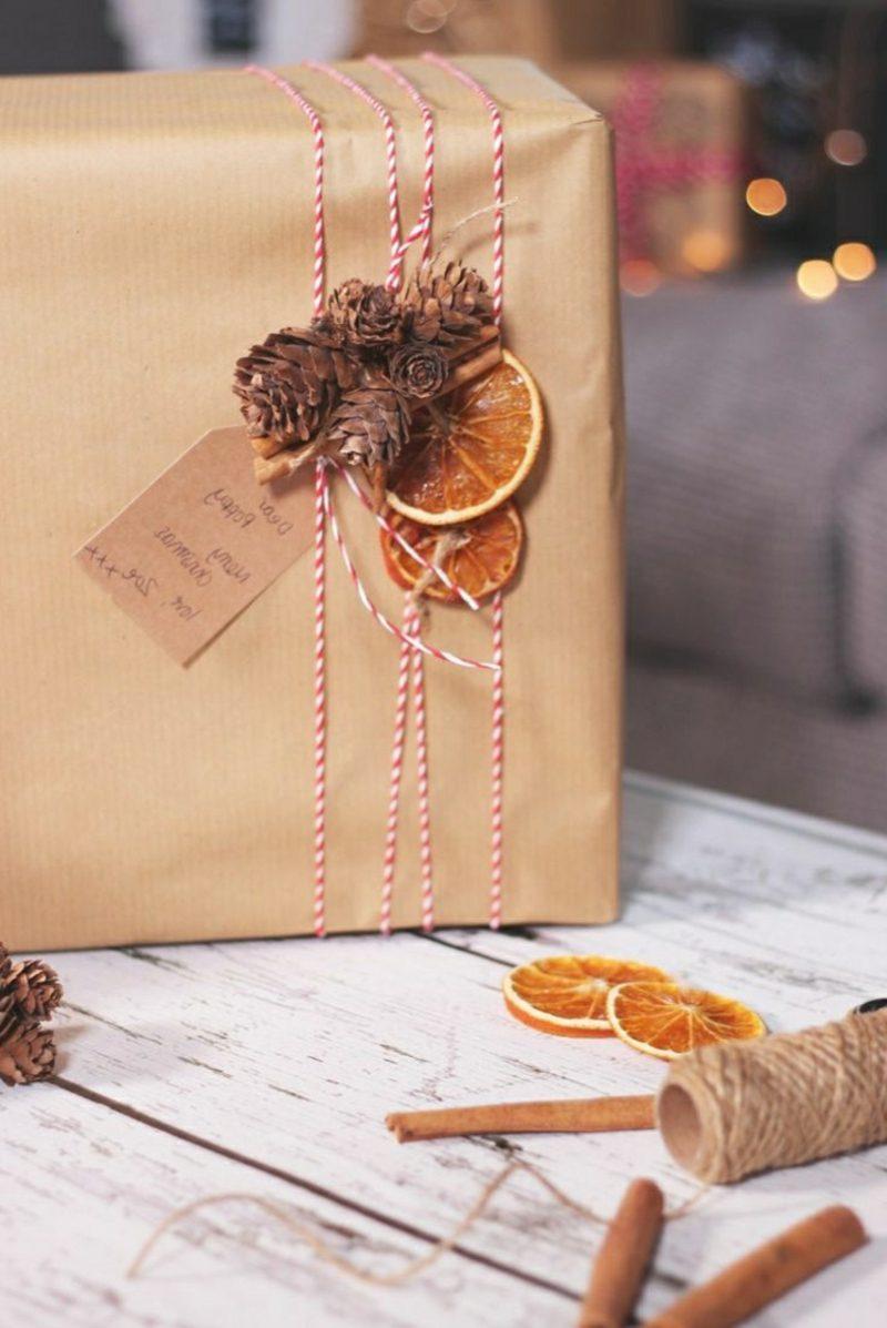Geschenke verpacken getrocknete Orangen Tnnenzapfen
