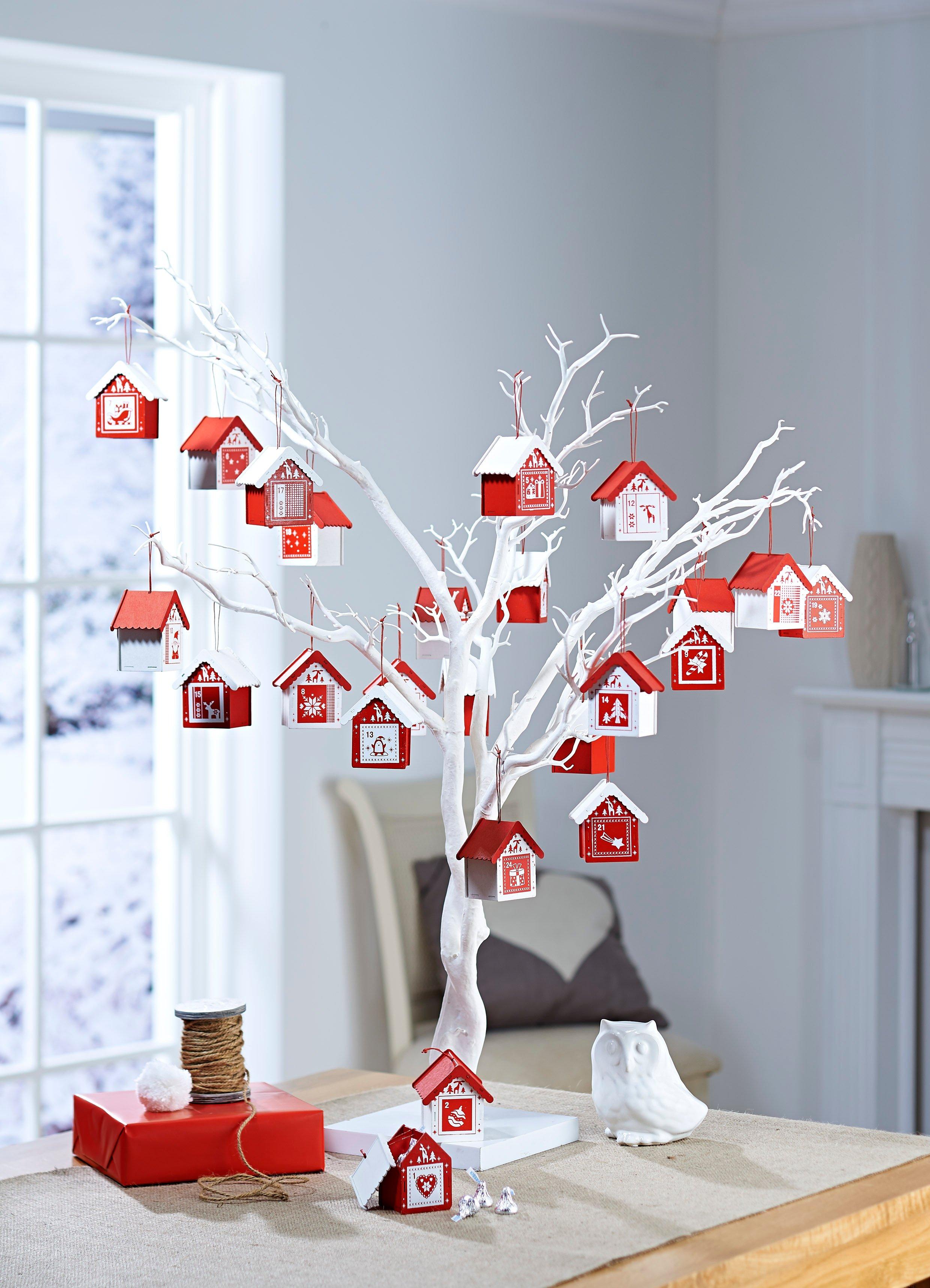 Selbstgemachter Adventskalender mit Geschenke in Hauser