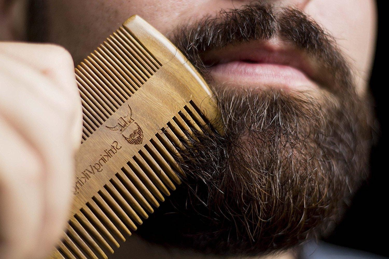 Kämmen ist der dritte Schritt in der täglichen Bartpflege - Routine