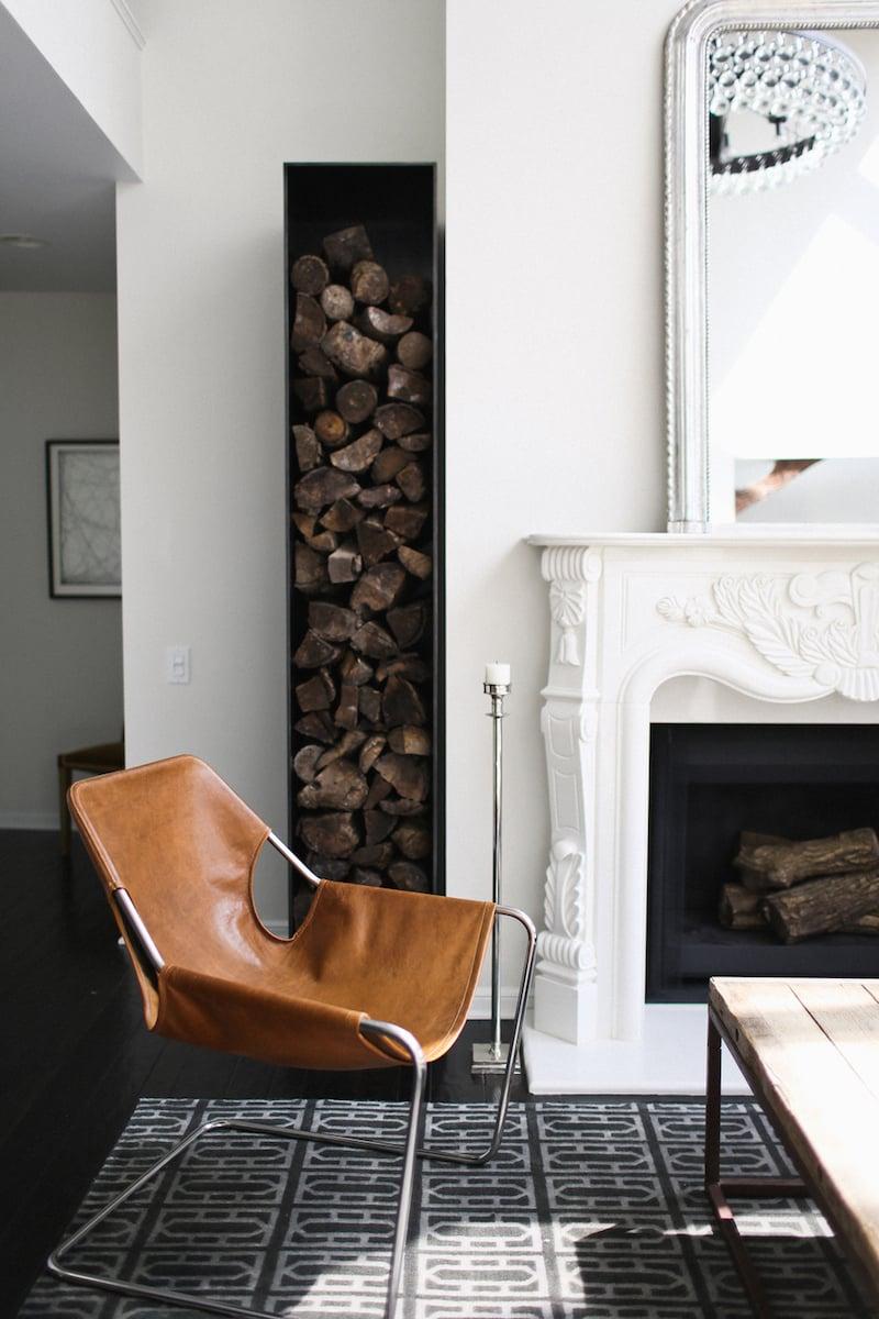 Moderne Eckablage für Brennholzlagerung
