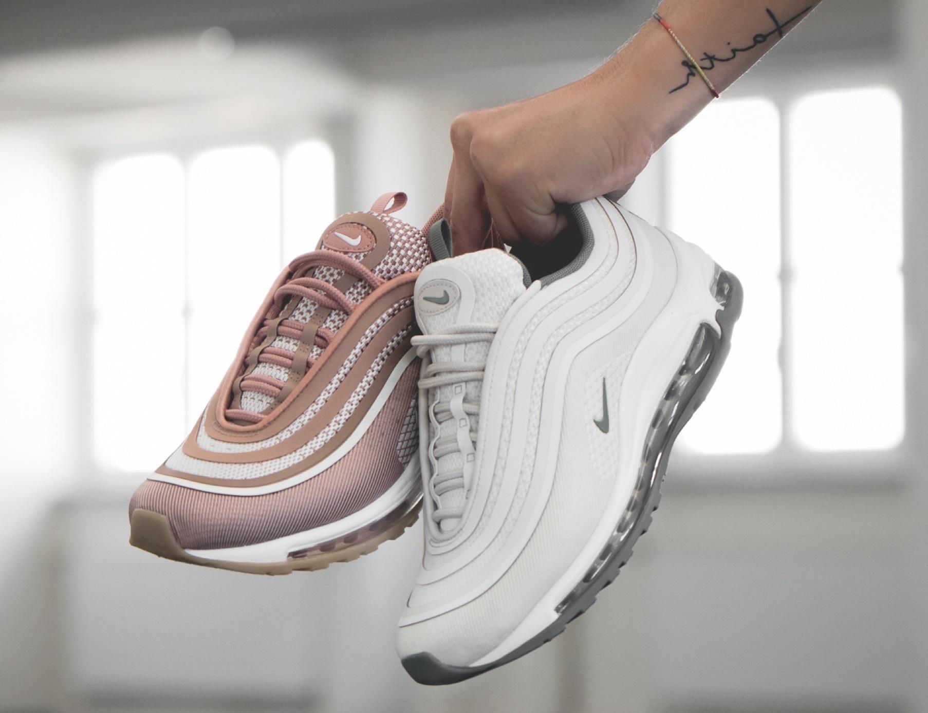 Mit einem Paar Sneakers in der Hand - besser kann das Leben nicht laufen!