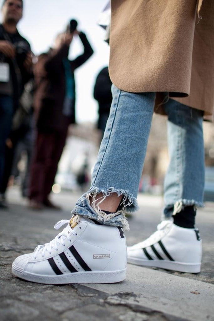 Trendiger Blazermantel kombiniert mit weißen Sneakers und lässigen Boyfriend Jeans
