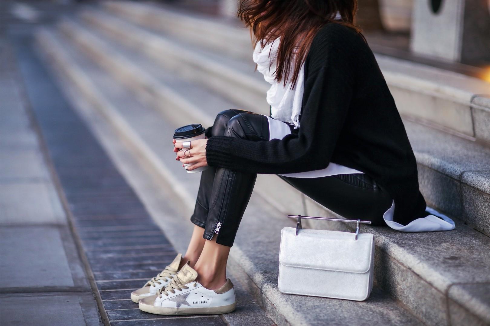 Für die Schwarz-Trägerinnen: Weiße Sneakers setzen einen starken Kontrast